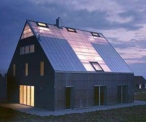 Das Patchworkhaus in der Dämmerung - die transparenten Elemente sind gut zu erkennen