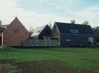 umbau einer scheune zum wohnhaus in niederbayern geneigtes dach wohnen baunetz wissen. Black Bedroom Furniture Sets. Home Design Ideas