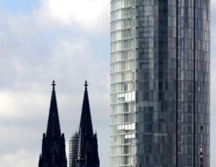 Das gläserne Hochhaus und der Kölner Dom, zwischen den beiden fließt der Rhein