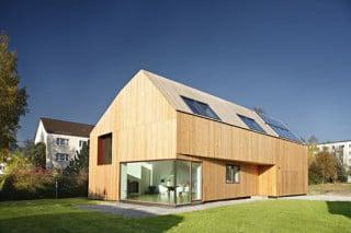 Das Niederigenergiewohnhaus ähnelt einer hölzernen Gebäudeskulptur