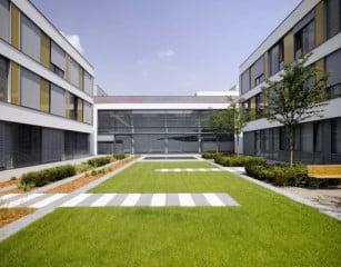 Maximal drei Geschosse umfassen die Gärten und Höfe