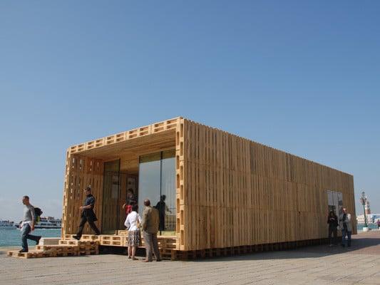 palettenhaus nachhaltig bauen sonderbauten baunetz wissen. Black Bedroom Furniture Sets. Home Design Ideas