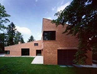 Zwei Baukörper bilden ein Satteldach