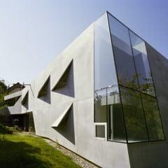 Eine Ecke an der Schmalseite des Gebäudes ist als Fenster ausgebildet