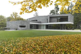 Auf der Ebene zum Garten entwickelt das Wohnhaus seine volle Größe