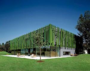 Über die Fassade gliedert sich das Gebäude gut in die grüne Umgebung ein