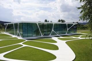 Die Glasfassade bildet die kommunikative Schnittstelle zwischen Innen und Außen