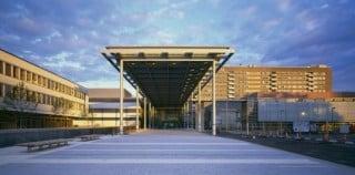 Den neuen Eingangsbereich Richtung Mainufer markiert ein riesiges, langgezogenes Dach