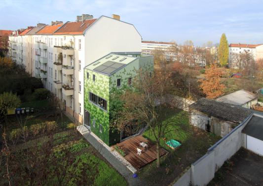stadthaus in berlin pankow geneigtes dach wohnen baunetz wissen. Black Bedroom Furniture Sets. Home Design Ideas