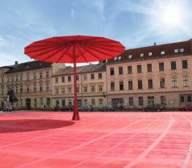 Roter Riesenschirm auf dem Marktplatz in Berlin-Köpenick
