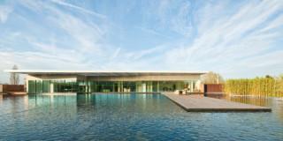 Blick über die Dachlandschaft auf die Büro- und Konferenzräume