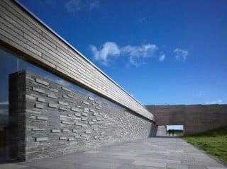 Die Schieferwand führt als Memorial Wall direkt auf das Schlachtfeld