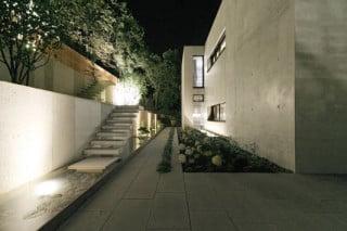 Nachtansicht des Wohnhauses, der Außenbereich wurde aufgrund der Hanglage terrassenförmig angelegt